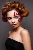 Όμορφο κορίτσι με τη δημιουργική σύνθεση με τα floral appliques Το πρότυπο στο ύφος ρομαντικού με τα πέταλα λουλουδιών γύρω από τ στοκ εικόνες