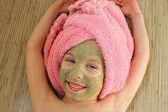 Όμορφο κορίτσι με τη μάσκα αργίλου του προσώπου Στοκ Εικόνα