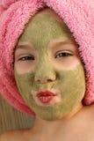 Όμορφο κορίτσι με τη μάσκα αργίλου του προσώπου Στοκ φωτογραφίες με δικαίωμα ελεύθερης χρήσης
