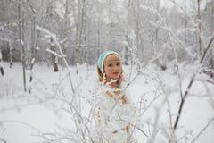 Όμορφο κορίτσι με τη μακριά σγουρή τρίχα και τα άσπρα ενδύματα που έχουν τη διασκέδαση Στοκ εικόνες με δικαίωμα ελεύθερης χρήσης