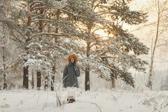 Όμορφο κορίτσι με τη μακριά σγουρή τρίχα και τα άσπρα ενδύματα που έχουν τη διασκέδαση Στοκ φωτογραφία με δικαίωμα ελεύθερης χρήσης