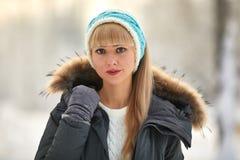 Όμορφο κορίτσι με τη μακριά σγουρή τρίχα και τα άσπρα ενδύματα που έχουν τη διασκέδαση Στοκ Εικόνες
