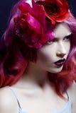 Όμορφο κορίτσι με τη ρόδινη τρίχα, ευχάριστος φωτεινός Στοκ Εικόνα