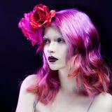 Όμορφο κορίτσι με τη ρόδινη τρίχα, ευχάριστος φωτεινός Στοκ Εικόνες