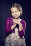Όμορφο κορίτσι με τη σγουρή τοποθέτηση τρίχας σε ένα στούντιο Στοκ φωτογραφία με δικαίωμα ελεύθερης χρήσης