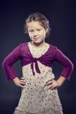Όμορφο κορίτσι με τη σγουρή τοποθέτηση τρίχας σε ένα στούντιο Στοκ εικόνα με δικαίωμα ελεύθερης χρήσης