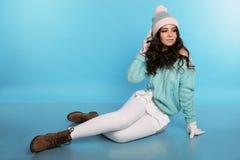 Όμορφο κορίτσι με τη σγουρή τρίχα στα θερμά άνετα χειμερινά ενδύματα στοκ εικόνες με δικαίωμα ελεύθερης χρήσης