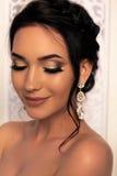 Όμορφο κορίτσι με τη σκοτεινή τρίχα και το βράδυ makeup που θέτουν στο studi Στοκ φωτογραφία με δικαίωμα ελεύθερης χρήσης