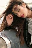 Όμορφο κορίτσι με τη σκοτεινή τρίχα στα περιστασιακά ενδύματα που θέτουν κοντά στο αυτοκίνητο Στοκ Φωτογραφία