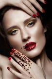 Όμορφο κορίτσι με τη σύνθεση βραδιού, κόκκινα χείλια στα rhinestones και καρφιά μανικιούρ σχεδίου Πρόσωπο ομορφιάς Στοκ φωτογραφία με δικαίωμα ελεύθερης χρήσης