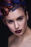 Όμορφο κορίτσι με τη φωτεινή δημιουργική μόδα makeup και το ζωηρόχρωμο hairstyle Πορτρέτο στούντιο του προσώπου ομορφιάς Στοκ Εικόνες