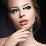 Όμορφο κορίτσι με τη φωτεινή δημιουργική μόδα makeup Στοκ Φωτογραφία