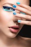 Όμορφο κορίτσι με τη φωτεινή δημιουργική μόδα makeup Στοκ εικόνες με δικαίωμα ελεύθερης χρήσης