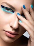 Όμορφο κορίτσι με τη φωτεινή δημιουργική μόδα makeup Στοκ Εικόνες