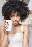 Όμορφο κορίτσι με τη χαλάρωση afro στοκ εικόνα