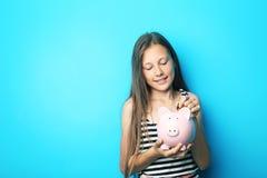 Όμορφο κορίτσι με τη piggy τράπεζα Στοκ εικόνα με δικαίωμα ελεύθερης χρήσης