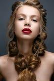 Όμορφο κορίτσι με τις πλεξούδες και το ευγενές makeup nude Πρότυπο ομορφιάς με τα φωτεινά κόκκινα χείλια Στοκ Φωτογραφία