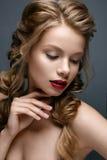 Όμορφο κορίτσι με τις πλεξούδες και το ευγενές makeup nude Όμορφο πρότυπο με τα φωτεινά κόκκινα χείλια Στοκ Εικόνες