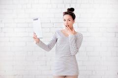 Όμορφο κορίτσι με τις ταμπλέτες Στοκ εικόνες με δικαίωμα ελεύθερης χρήσης