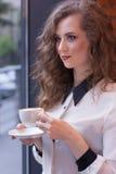 Όμορφο κορίτσι με τον καφέ σε ένα άσπρο πουκάμισο Στοκ εικόνα με δικαίωμα ελεύθερης χρήσης