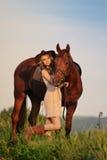 Όμορφο κορίτσι με το άλογο κάστανων στον τομέα βραδιού Στοκ φωτογραφία με δικαίωμα ελεύθερης χρήσης