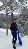 Όμορφο κορίτσι με το έλκηθρο το χειμώνα Στοκ Φωτογραφίες