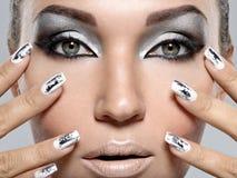 Όμορφο κορίτσι με το ασημένια makeup και τα καρφιά Στοκ Εικόνες