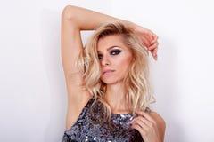 Όμορφο κορίτσι με το επαγγελματικές makeup και την τρίχα Στοκ φωτογραφίες με δικαίωμα ελεύθερης χρήσης