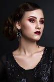Όμορφο κορίτσι με το επαγγελματικό ζωηρόχρωμο makeup στο αναδρομικό ύφος Στοκ εικόνες με δικαίωμα ελεύθερης χρήσης