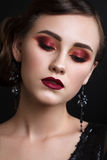 Όμορφο κορίτσι με το επαγγελματικό ζωηρόχρωμο makeup στο αναδρομικό ύφος Στοκ Φωτογραφία