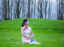 Όμορφο κορίτσι με το κινεζικό παραδοσιακό φόρεμα στοκ εικόνα