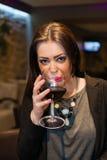 Όμορφο κορίτσι με το κόκκινο κρασί στοκ φωτογραφία με δικαίωμα ελεύθερης χρήσης