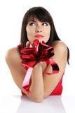 Όμορφο κορίτσι με το κόκκινο δώρο τόξων Στοκ Φωτογραφία