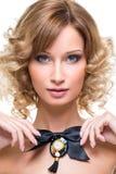 Όμορφο κορίτσι με το μαύρο τόξο κορδελλών Στοκ εικόνα με δικαίωμα ελεύθερης χρήσης