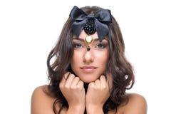 Όμορφο κορίτσι με το μαύρο τόξο κορδελλών Στοκ φωτογραφίες με δικαίωμα ελεύθερης χρήσης
