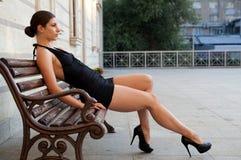 Όμορφο κορίτσι με το μαύρο φόρεμα Στοκ εικόνες με δικαίωμα ελεύθερης χρήσης
