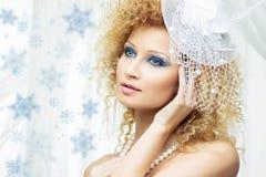 Όμορφο κορίτσι με το μπλε makeup στο άσπρο καπέλο στοκ εικόνες με δικαίωμα ελεύθερης χρήσης