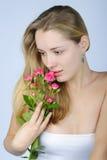 Όμορφο κορίτσι με το λουλούδι Στοκ φωτογραφία με δικαίωμα ελεύθερης χρήσης