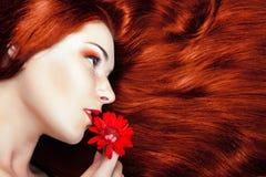 Όμορφο κορίτσι με το πανέμορφο κόκκινο τρίχωμα. Στοκ φωτογραφία με δικαίωμα ελεύθερης χρήσης