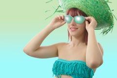 Όμορφο κορίτσι με το πράσινο καπέλο αχύρου Στοκ Εικόνες