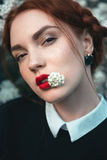 Όμορφο κορίτσι με το σγουρό redhair Στοκ Εικόνα
