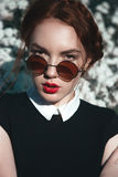 Όμορφο κορίτσι με το σγουρό redhair Στοκ φωτογραφίες με δικαίωμα ελεύθερης χρήσης