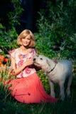 Όμορφο κορίτσι με το σκυλί στοκ φωτογραφίες