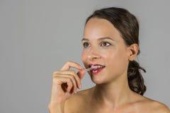 Όμορφο κορίτσι με το στήριγμα δοντιών Στοκ Φωτογραφίες
