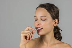Όμορφο κορίτσι με το στήριγμα δοντιών Στοκ φωτογραφία με δικαίωμα ελεύθερης χρήσης