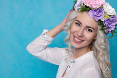 Όμορφο κορίτσι με το στεφάνι ανοίξεων που απομονώνεται διάστημα αντιγράφων Στοκ Φωτογραφίες
