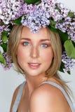Όμορφο κορίτσι με το στεφάνι λουλουδιών στο κεφάλι στοκ φωτογραφία με δικαίωμα ελεύθερης χρήσης