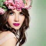 Όμορφο κορίτσι με το στεφάνι λουλουδιών Πολύ η σγουρή τρίχα Στοκ εικόνα με δικαίωμα ελεύθερης χρήσης