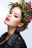 Όμορφο κορίτσι με το τέλειο δέρμα και έξυπνο floral στεφάνι στο κεφάλι της Στοκ εικόνα με δικαίωμα ελεύθερης χρήσης