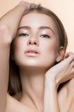 Όμορφο κορίτσι με το τέλειο δέρμα στοκ φωτογραφία με δικαίωμα ελεύθερης χρήσης